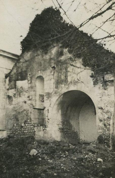 Ruines de l'église de Mougon: Vue partielle des ruines