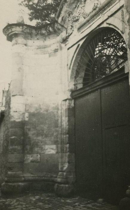 Ancienne maison canoniale: Portail d'accès à la cour, vue partielle