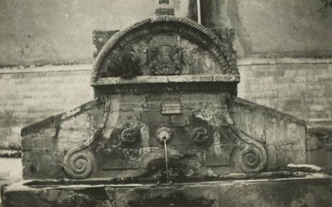 Fontaine publique, vue partielle