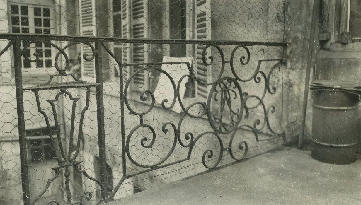 Immeuble: Détail du garde-corps de la terrasse