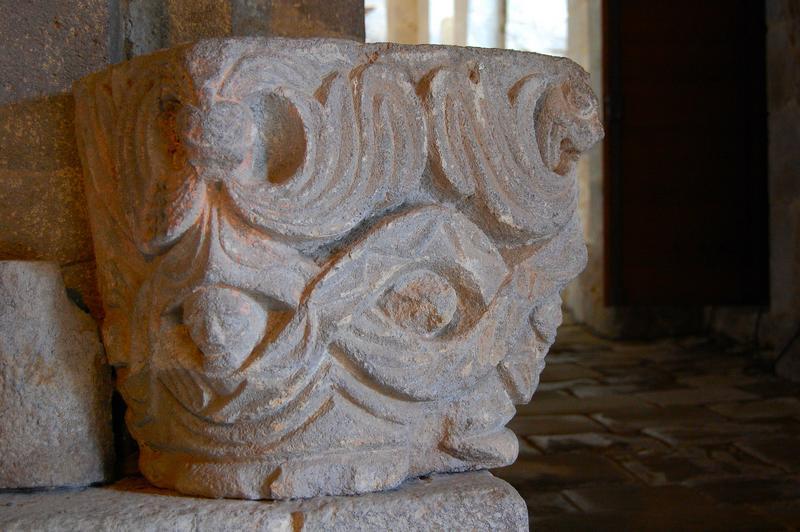 chapiteau sculpté déposé, vue générale