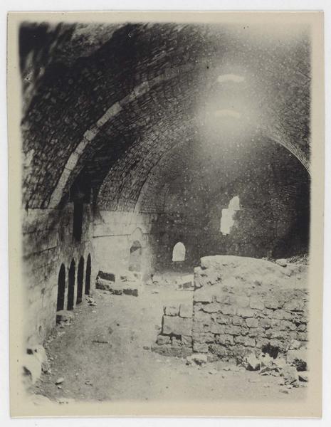 Salle de 120 mètres, après déblaiement. A gauche, niches des latrines. Plus loin, la porte réunissant cette salle à la salle basse de l'ouvrage P.