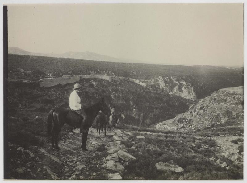 Personnage à cheval devant le château de Saône