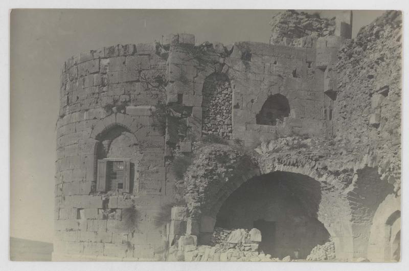 Vue extérieure de la cour du commandeur avant restauration