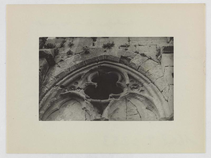 Détail de la partie supérieure d'une arcade de la galerie gothique avant restauration