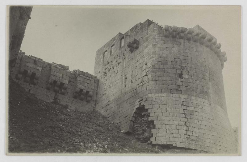 Vue en contre-plongée d'une tour du front nord
