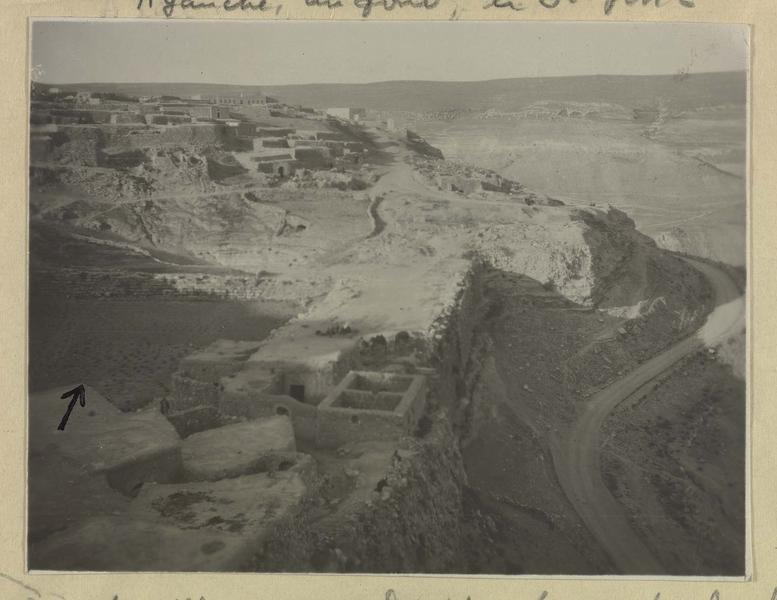 La ville avec à droite la route de Kerak à Amman. La flèche indique un des grands bassins (berquils) de la ville