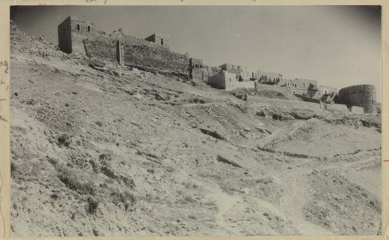 Front est de la ville. A droite, tour ronde construite par Baybars. A gauche, le fossé séparant la ville du château