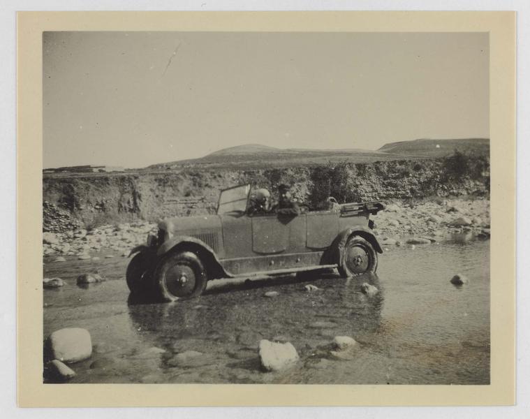 Automobile roulant dans un cours d'eau