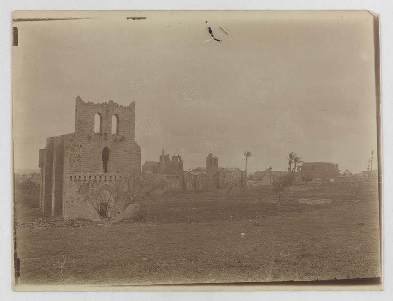 Vue générale: au premier plan, l'église Sainte-Anne; au centre, l'église des Nestoriens