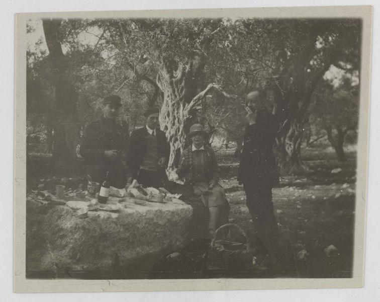 Paul Deschamps (supposé) et trois autres personnages déjeunant sous les oliviers