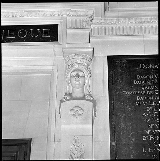 Entrée flanquée de deux bustes de cariatides : buste de droite