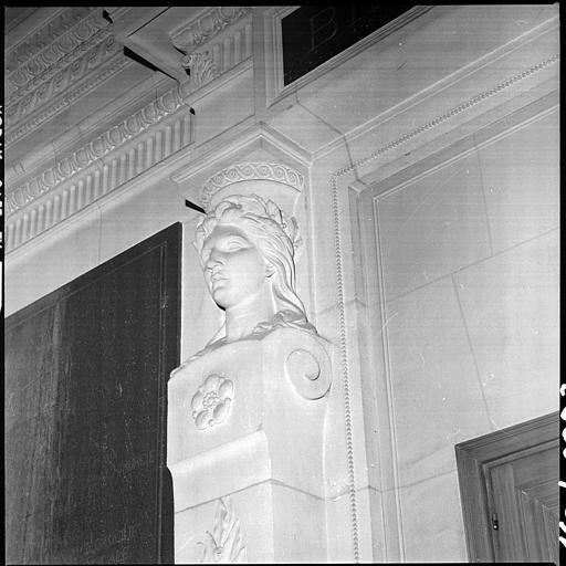 Entrée flanquée de deux bustes de cariatides : buste de gauche