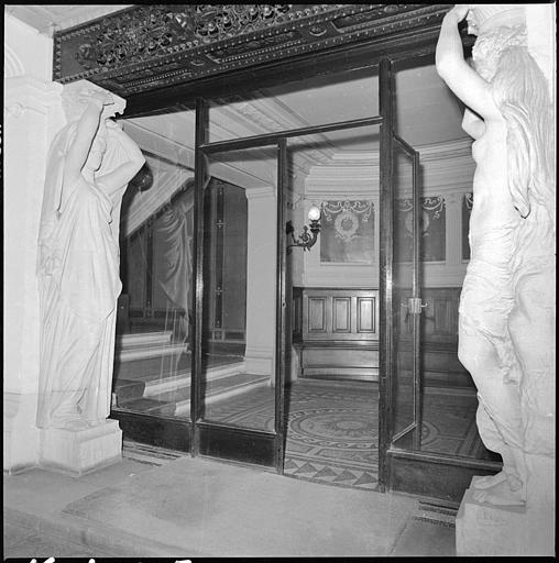 Porte intérieure flanquée de deux cariatides en pied