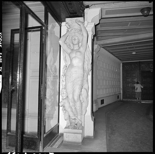 Porte intérieure flanquée de deux cariatides en pied : cariatide de droite