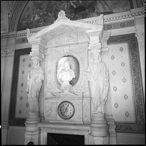 Salle des mariages : cheminée monumentale surmontée d'une cariatide et d'un atlante en pied, vue rapprochée