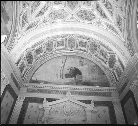 Salle des mariages : partie haute de la cheminée monumentale et plafond orné