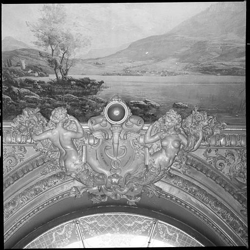 Plafond de la salle d'honneur : deux cariatides en gaine avec bras et panneau décoratif représentant le lac d'Annecy