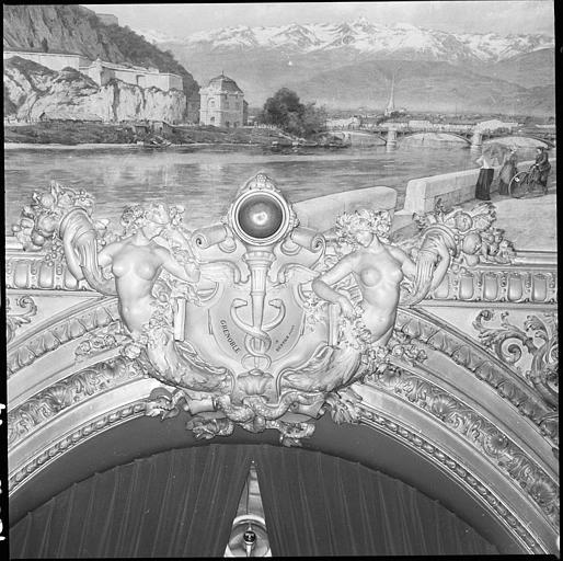 Plafond de la salle d'honneur : deux cariatides en gaine avec bras et panneau décoratif représentant la ville de Grenoble