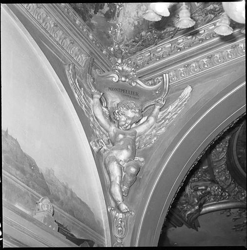 Plafond de la salle d'honneur : putto en position d'atlante