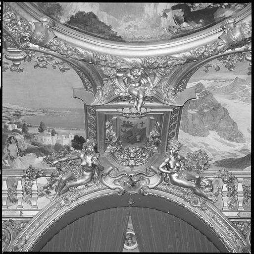 Plafond de la salle d'honneur : deux cariatides nues en pied autour d'un écusson