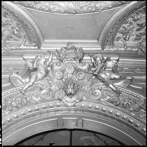 Plafond de la salle d'honneur : deux putti en position d'atlantes