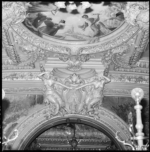 Plafond de la salle d'honneur : deux cariatides en gaine avec bras