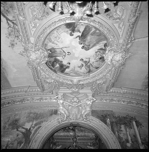 Plafond de la salle d'honneur : deux cariatides en gaine avec bras et panneau allégorique représentant la ville de Marseille