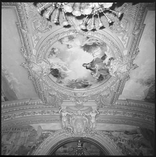 Plafond de la salle d'honneur : deux cariatides en gaine avec bras et panneau allégorique