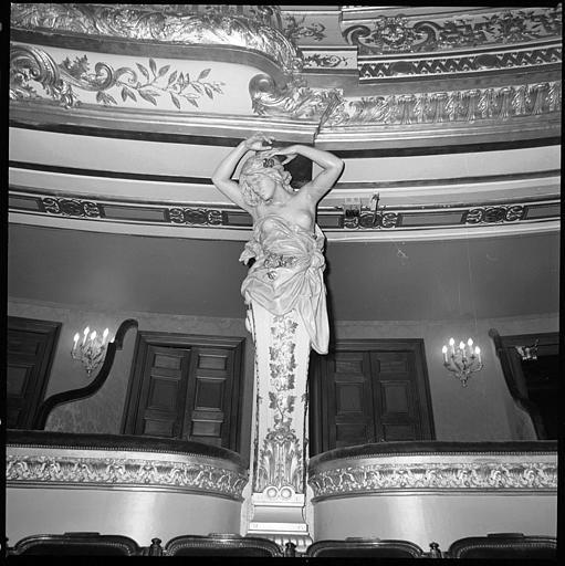 Salle, balcon : cariatide en gaine avec bras