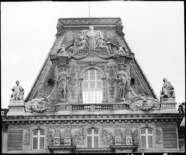 Partie supérieure d'un pavillon : deux cariatides en pied
