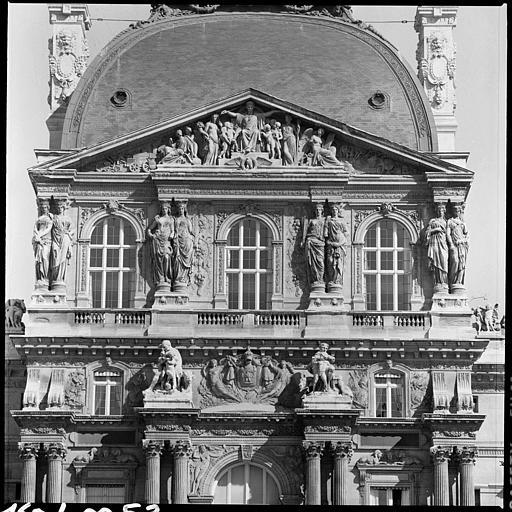 Pavillon Richelieu, partie supérieure : fronton soutenu par des cariatides doubles en pied