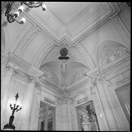 Plafond : angle orné d'une cariatide ailée en gaine