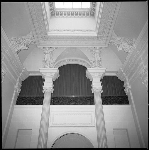 Plafond d'un escalier monumental orné de cariatides ailées en pied : détail de quatre cariatides