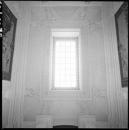Plafond d'un escalier monumental orné de cariatides ailées en pied : ensemble