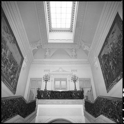 Escalier monumental et plafond orné de cariatides ailées en pied