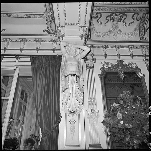 Salon : piliers ornés d'atlantes en gaine avec bras : vue rapprochée d'un atlante