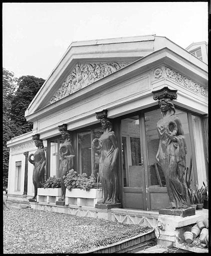 Pavillon à fronton soutenu par quatre cariatides en pied