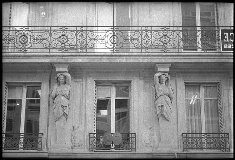 Balcon soutenu par deux cariatides en gaine avec bras