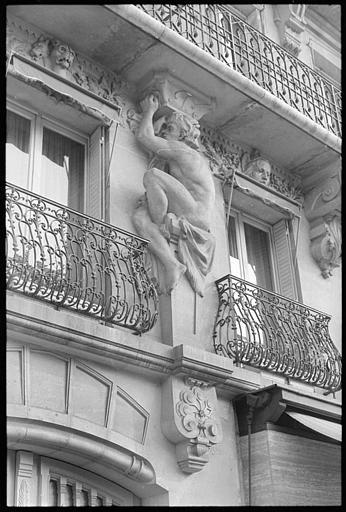 Balcon soutenu par un atlante en pied