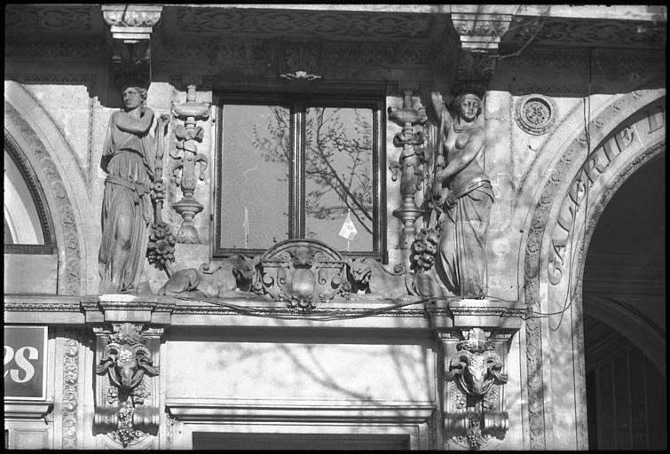 Deux cariatides en pied près de l'entrée de la galerie : vue rapprochée