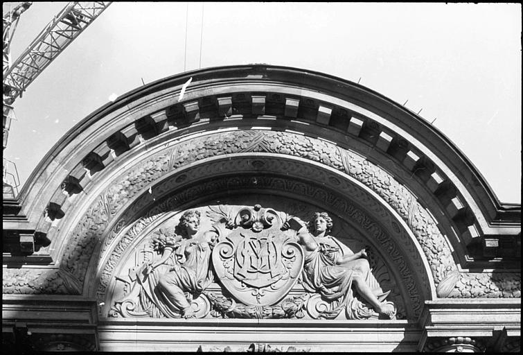 Fronton orné de deux figures féminines autour d'un écusson : vue rapprochée