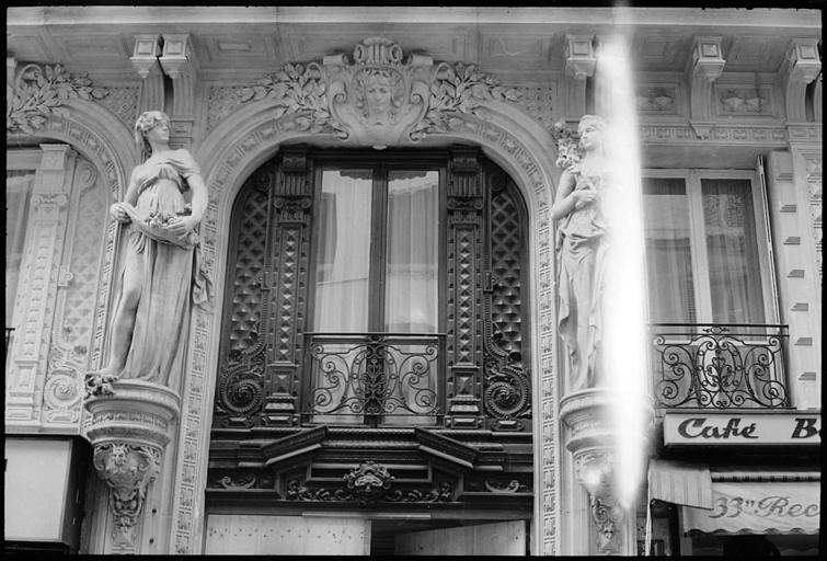 Façade ornée de statues féminines monumentales
