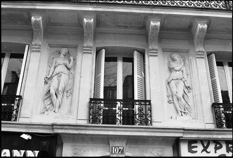 Façade ornée de deux figures féminines monumentales