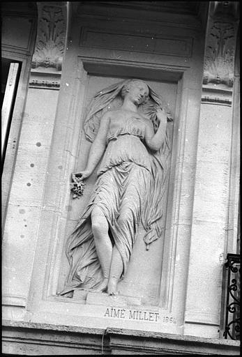Façade ornée de deux figures féminines monumentales : statue de gauche