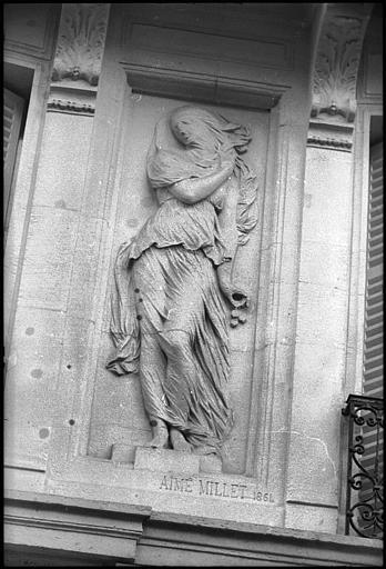 Façade ornée de deux figures féminines monumentales : statue de droite
