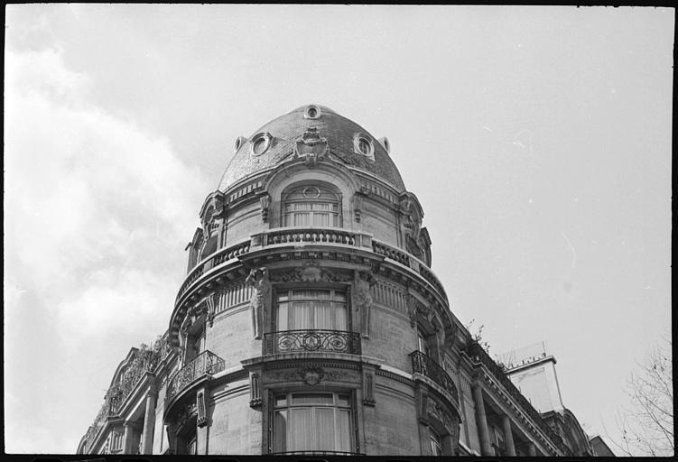 Angle de deux façades orné de deux atlantes en gaine avec bras