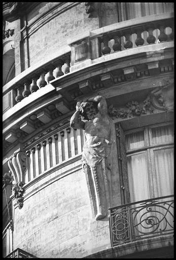 Angle de deux façades orné de deux atlantes en gaine avec bras : atlante de gauche