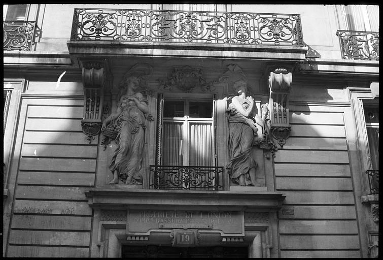 Façade ornée de deux statues féminines monumentales