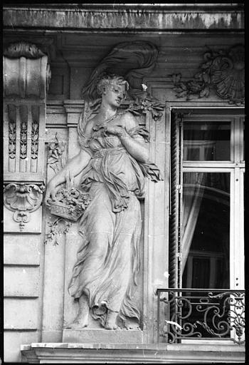 Façade ornée de deux statues féminines monumentales : statue de gauche